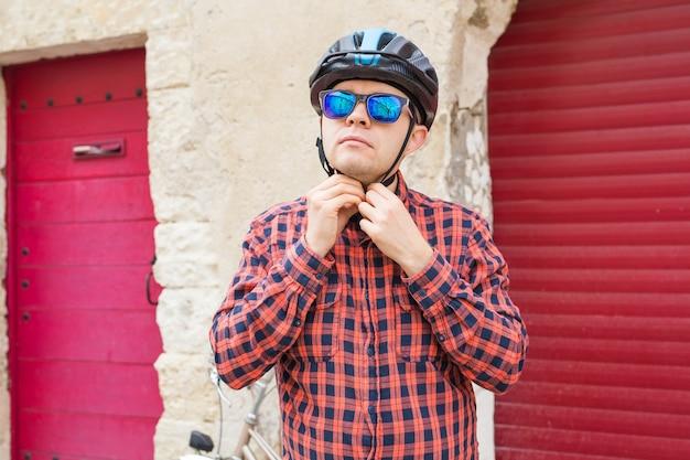 De man doet zijn helm af