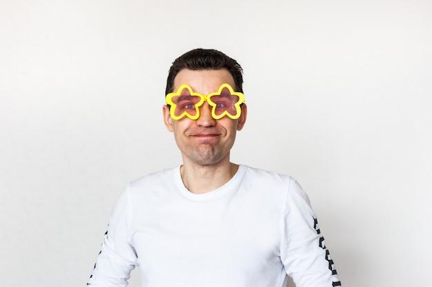 De man droeg een kinderzonnebril met sterren