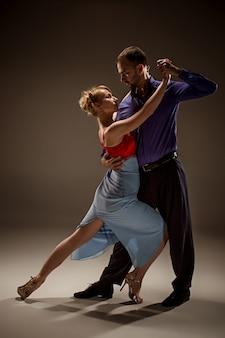 De man en de vrouw dansen argentijnse tango