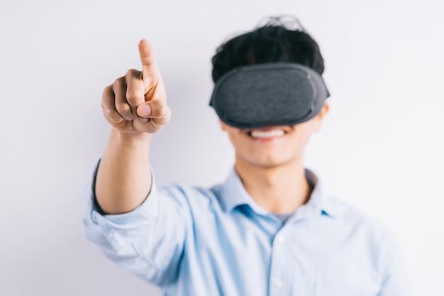 De man ervaart de virtual reality-bril