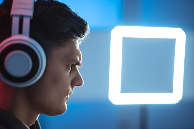 De man-gamer met headset die videogames speelt op zijn pc