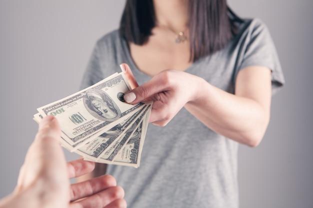 De man geeft het meisje geld