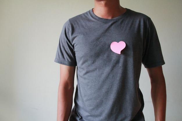 De man heeft een papieren hart op zijn lichaam. liefdesconcept, gelukkige valentijn.