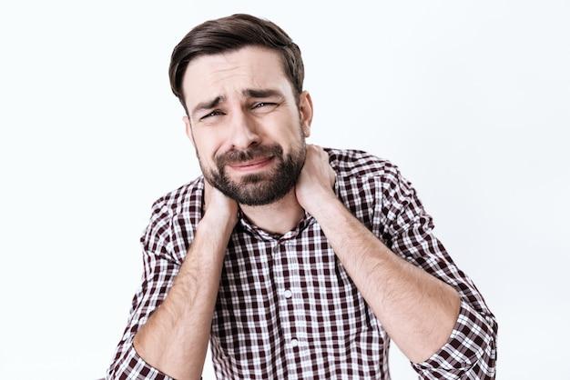 De man heeft een pijnlijke nek. hij voelt pijn.