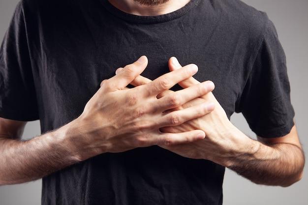 De man heeft pijn op de borst