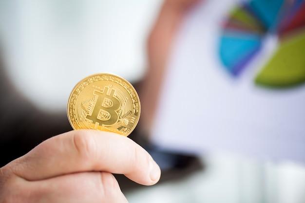 De man houdt bitcoins in zijn kantoor