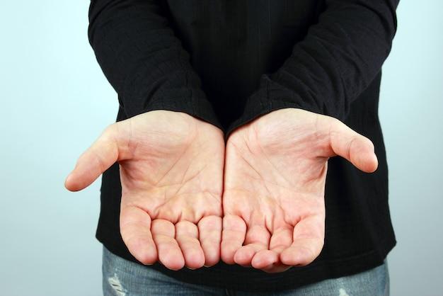 De man houdt de handpalm voor zich vast