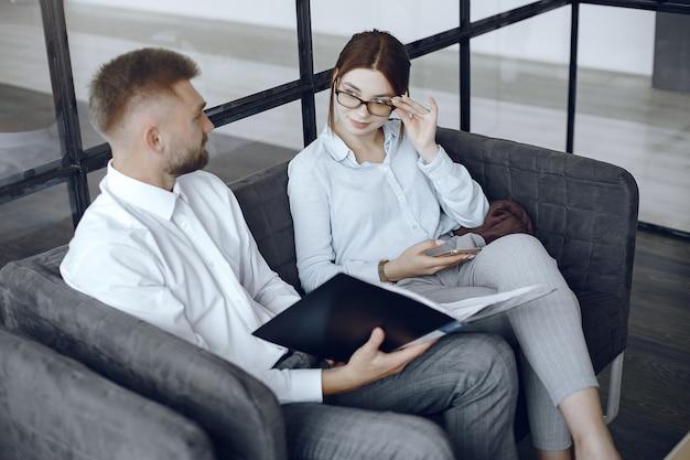 De man houdt een map vast. zakelijke partners op een zakelijke bijeenkomst. vrouw met bril
