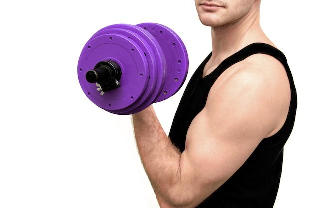 De man houdt zich bezig met fitness met halters