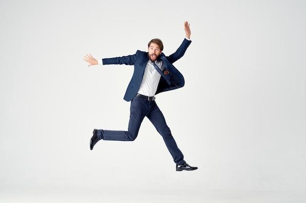 De man in een pak beweging springt kantoor studio