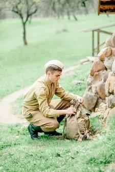 De man in militair uniform gaat naar de oorlog, de dag van de overwinning, de ussr, het einde van de oorlog