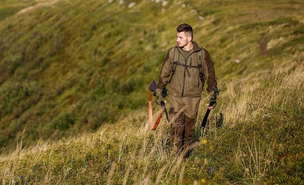 De man is op jacht. hunt jachtgeweer. jager man. jachtperiode. mannetje met een pistool. detailopname. jager met jachtgeweer en jacht