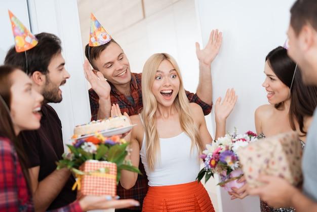 De man maakte een verrassing klaar voor de verjaardag van het meisje.