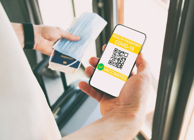 De man met de digitale gezondheidspaspoort-app op de mobiele telefoon voor op reis.