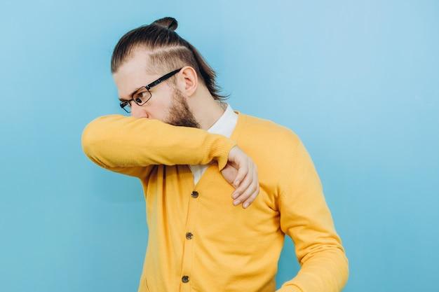 De man met de symptomen van een gruis. een man met hoest, hoofdpijn, koorts. symptomen van coronavirus. covid 2019 epidemie