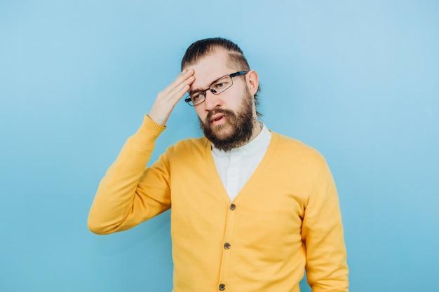 De man met de symptomen van een gruis. een man met hoest, hoofdpijn, koorts.