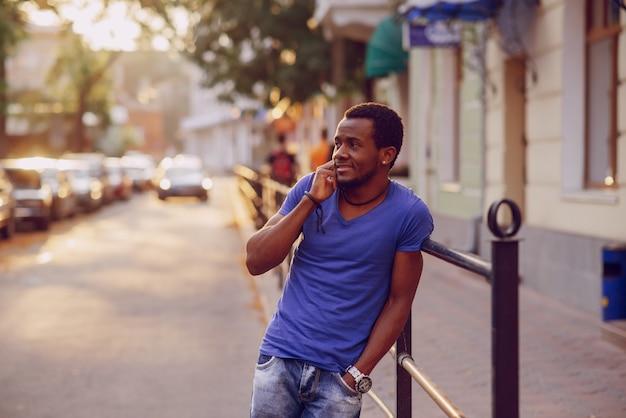De man met de telefoon
