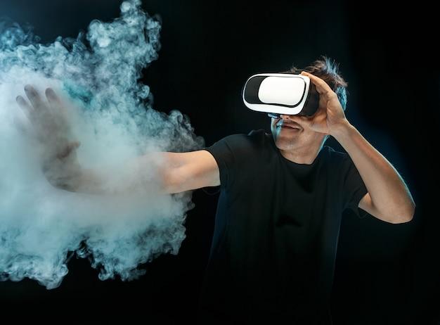De man met een bril van virtual reality. technologie van de toekomst concept.