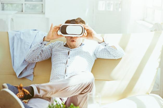 De man met een bril van virtual reality. toekomstig technologieconcept.