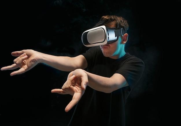 De man met een bril van virtual reality.