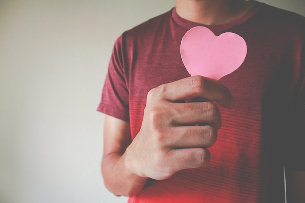 De man met een papieren hart. liefdesconcept, gelukkige valentijn.