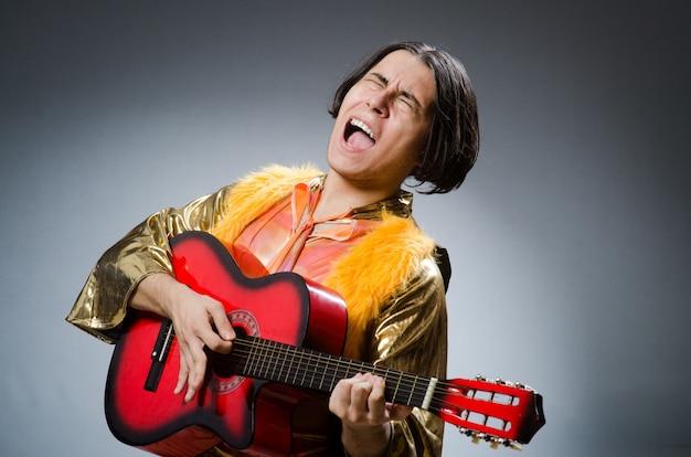 De man met gitaar in muzikaal concept