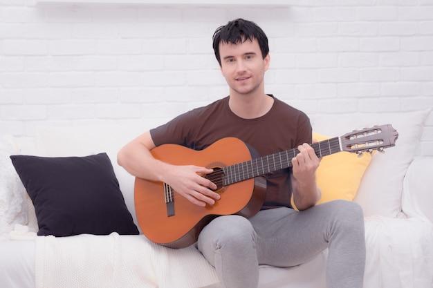 De man met gitaar