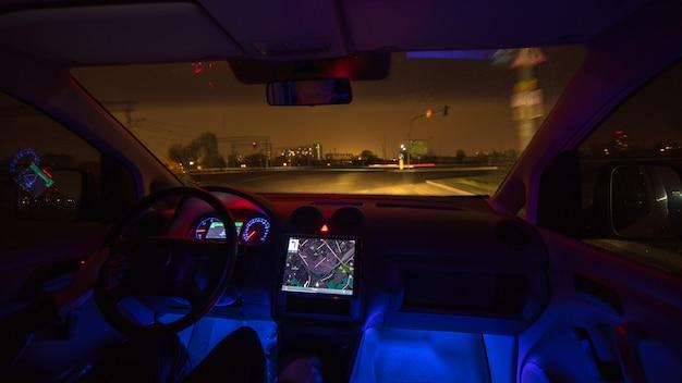 De man rijdt op de regenachtige snelweg. avond nacht tijd. binnenaanzicht
