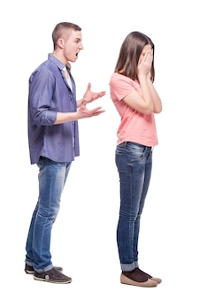 De man schreeuwt naar het huilende meisje