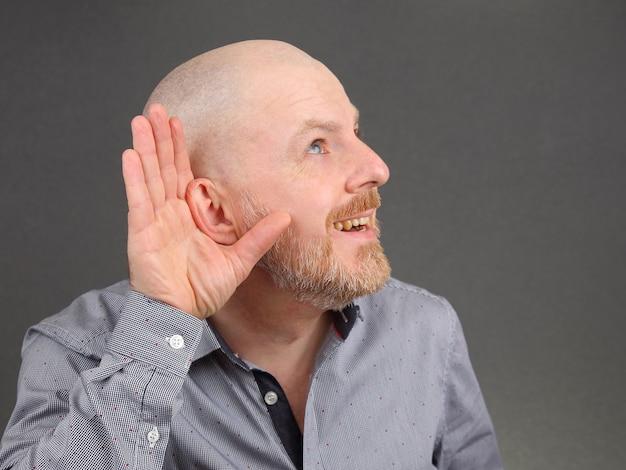 De man sloeg met zijn hand zijn oren op voor de hoorzitting