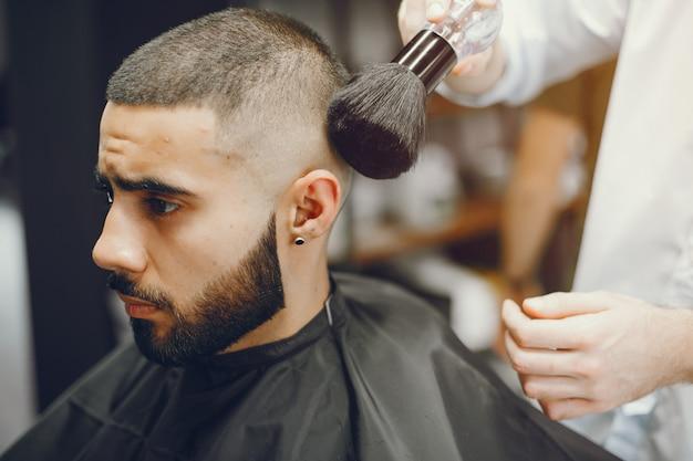 De man snijdt zijn baard in de kapperszaak.