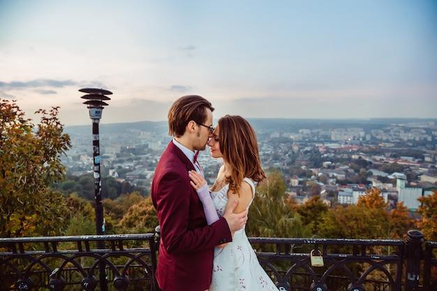 De man staat oog in oog met zijn vrouw