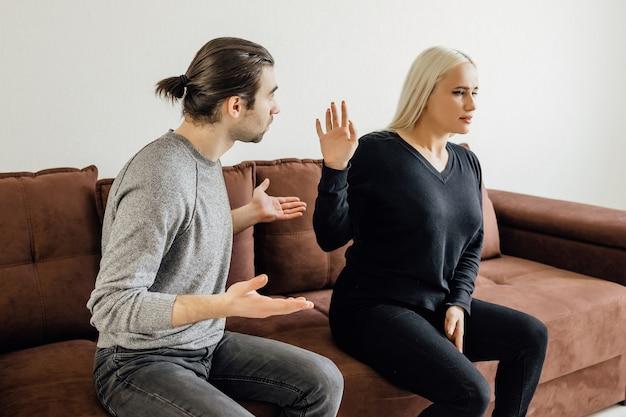 De man valt zijn vrouw verbaal aan agressieve vrouw houdt het moreel van haar man in stand