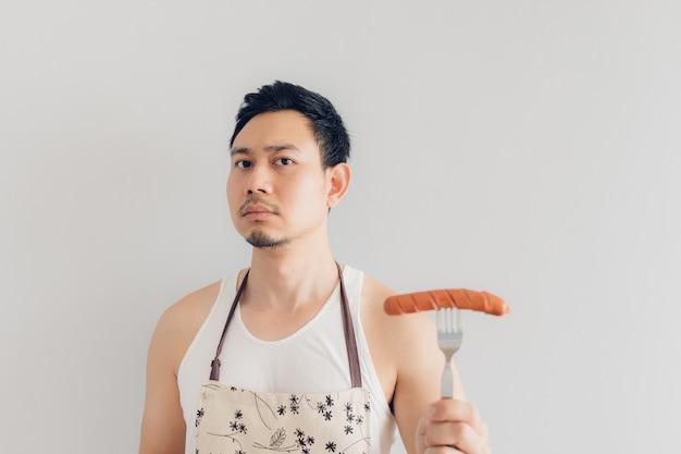 De man van de huishuur toont zijn gemakkelijke eigengemaakte worst.