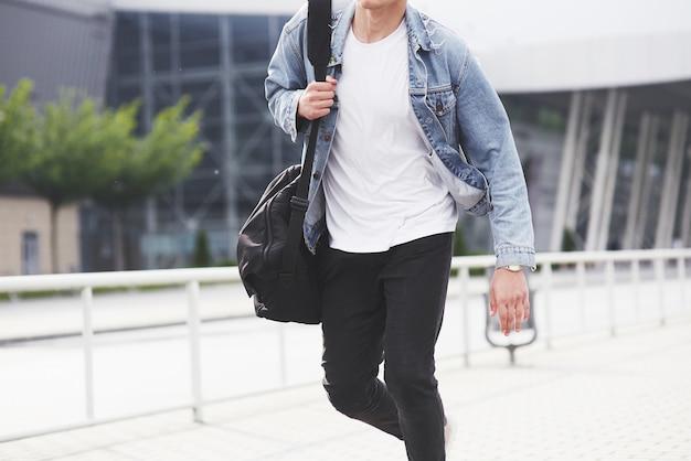 De man verwacht zijn vlucht op het vliegveld.