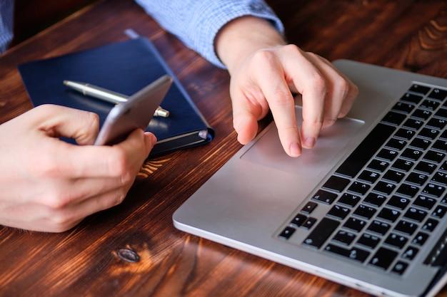 De man voert het werk op afstand uit. het concept van een freelancer en een ingehuurde werknemer.