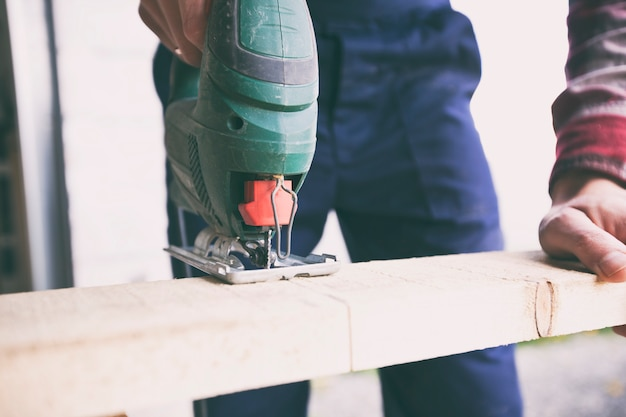De man werkt met hout