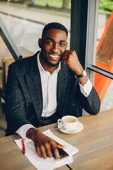 De man zit in het café