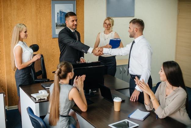 De manager bespreekt zakelijke kwesties met zijn personeel. bedrijfsfinanciering