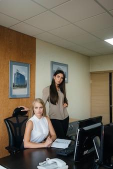 De manager en zijn assistent bespreken nieuwe plannen en taken. bedrijfsfinanciering.