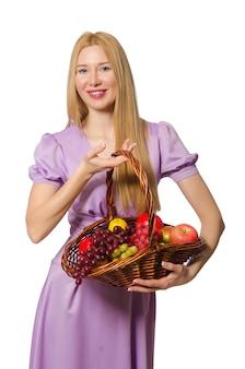 De mand van de de vrouwenholding van blondie met vruchten die op wit worden geïsoleerd