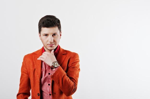 De manier jonge mens in oranje toevallig kostuum stelt