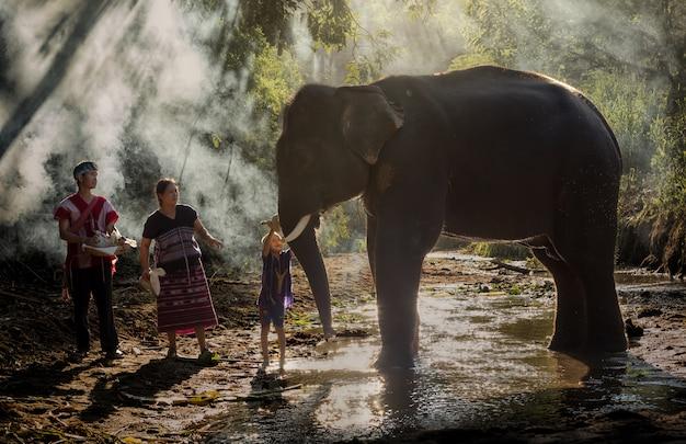 De manier van leven van mensen en olifanten met liefde