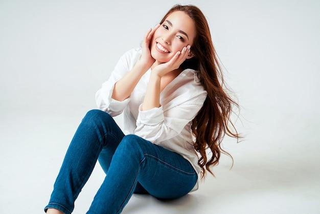 De manierportret van de schoonheid van glimlachende sensuele aziatische jonge vrouw
