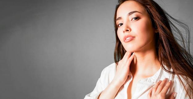 De manierportret van de schoonheid van sexy sensuele aziatische jonge vrouw