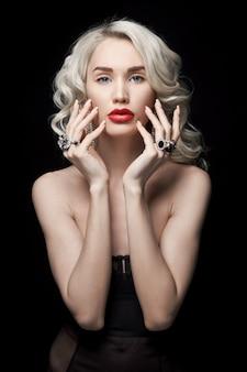 De maniervrouw van de schoonheid met juwelen op haar handen