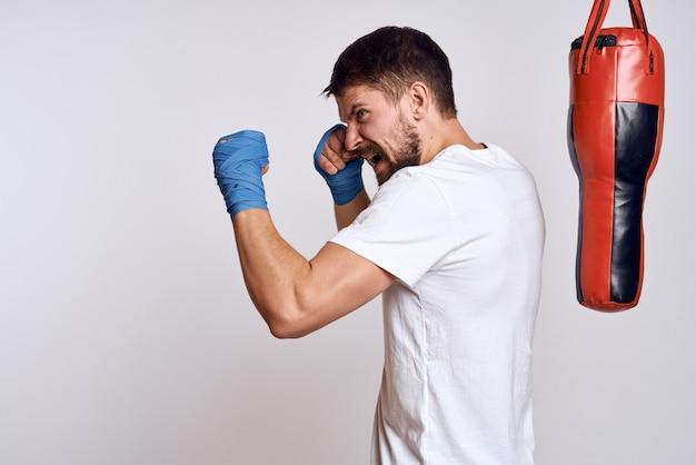 De mannelijke atletenbokser leidt op