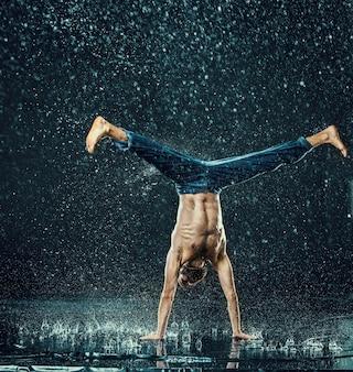 De mannelijke breakdancer in water.
