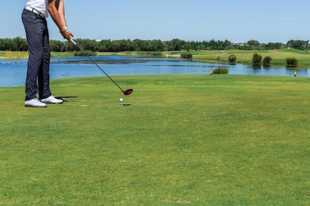 De mannelijke golfspeler sloeg de bal met stok.