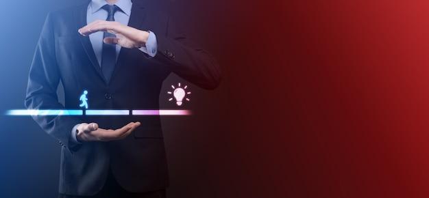 De mannelijke hand van de bedrijfsmensen houdt een verbindingsblok tussen twee reeksen brugweg voor een silhouetman om ideepictogram te lopen.